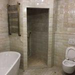 Плитка из керамогранита элегантно смотрится в дизайне ванной комнаты.
